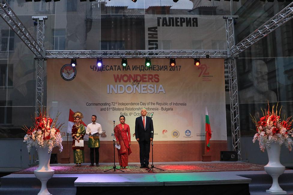Сн. 2  - Официалното откриване на фестивала на 6 октомври 2017 г. в Квадрат 500 за подбрана публика от официални лица, партньори и приятели на посолството в...