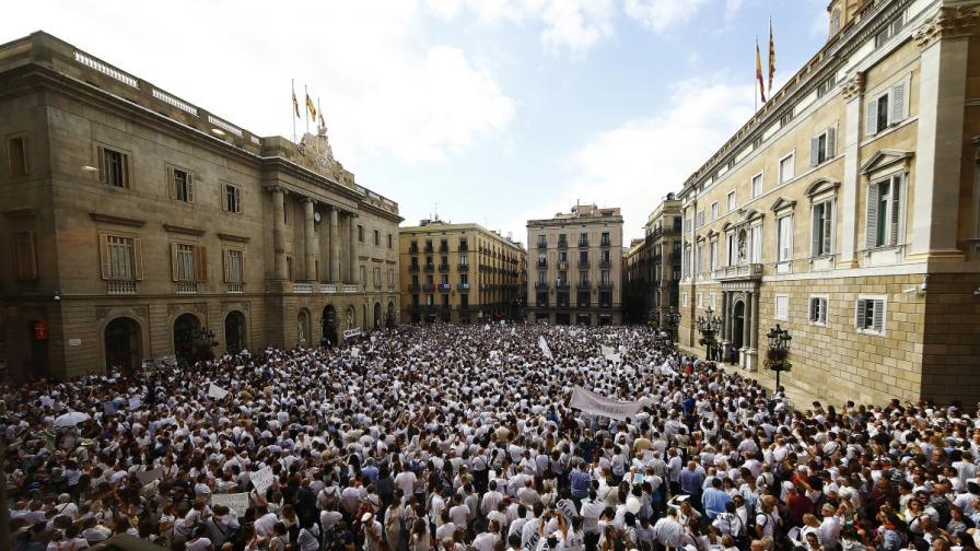 Хиляди в бяло в Испания, компании напускат Каталуния