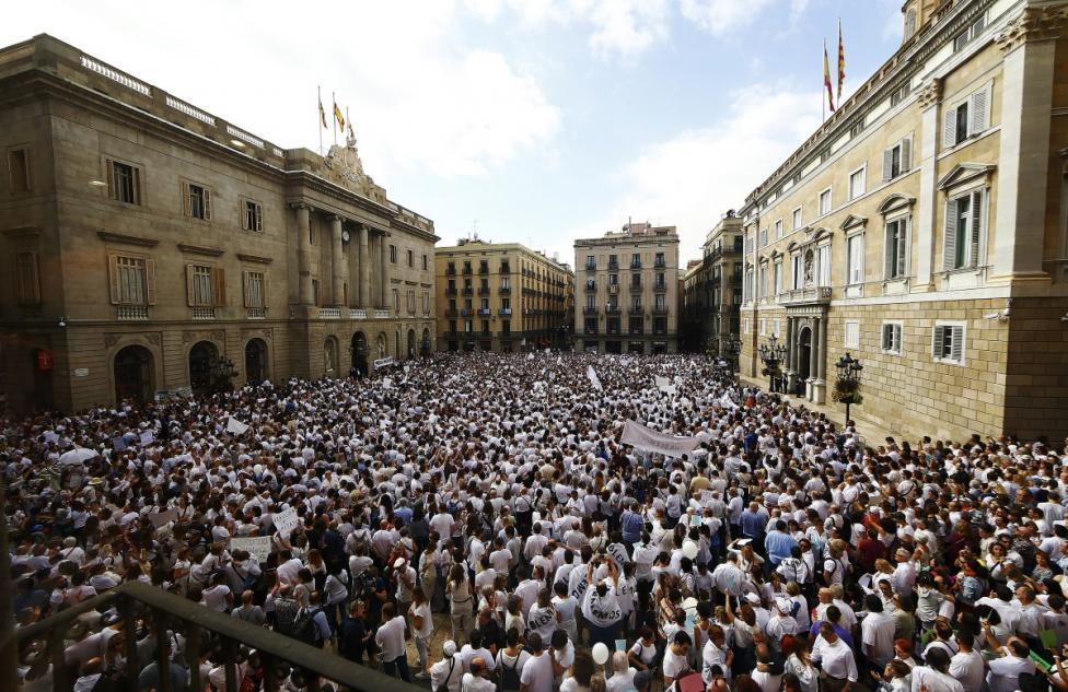 """- """"Да поговорим?"""" бе призивът на демонстрантите към испанските и каталунските политици"""