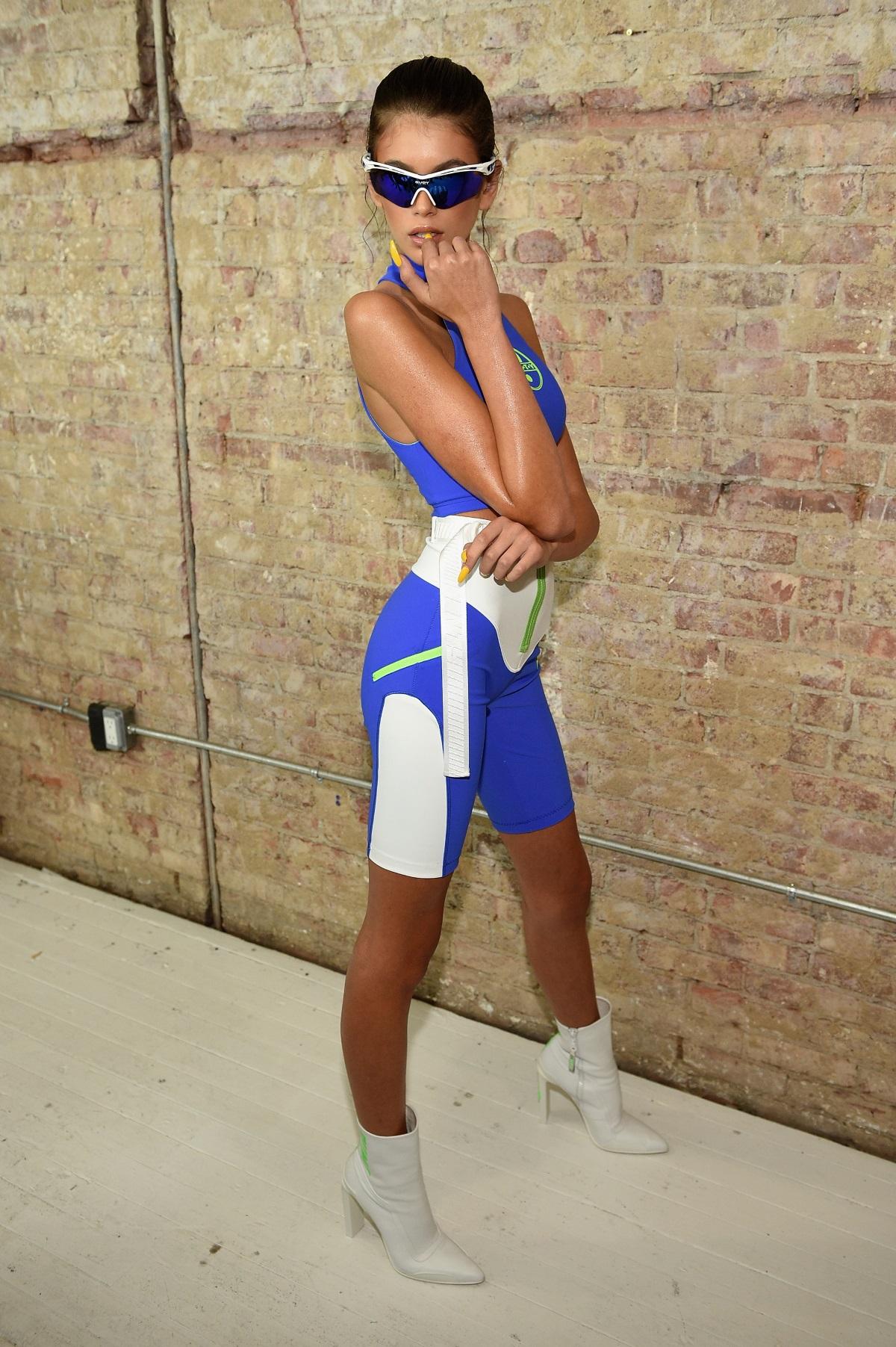 Кая Гербер иска да върви по стъпките на своята майка в света на модата. Въпреки че Крауфорд не иска дъщеря ѝ да попада в светлините на прожекторите толкова малка, тя я подкрепя в начинанието ѝ и я учи най-важните неща, като това как да позира като истински модел.