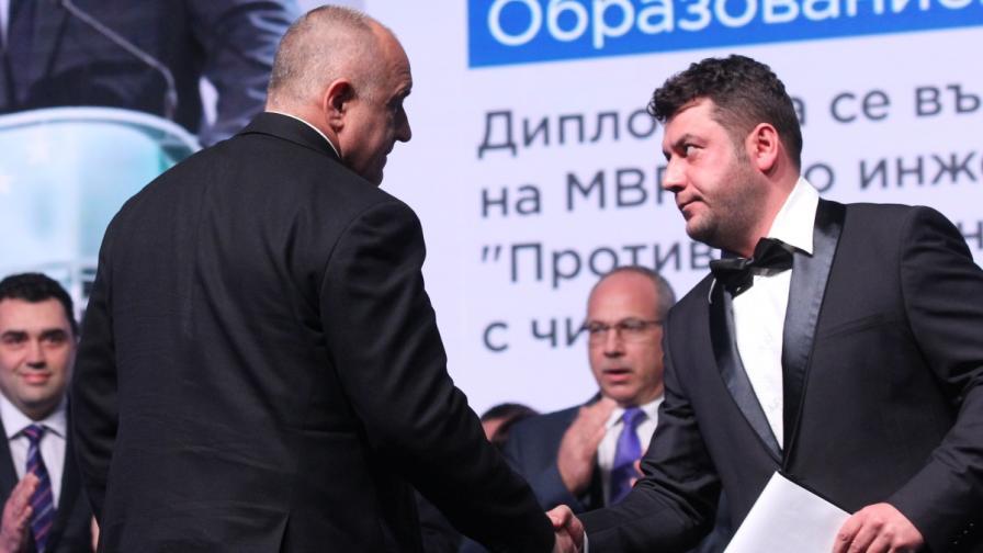 Евгени Будинов (вдясно) се ръкува с премиера Бойко Борисов по време на откриването на предизборната кампания в 25-и МИР