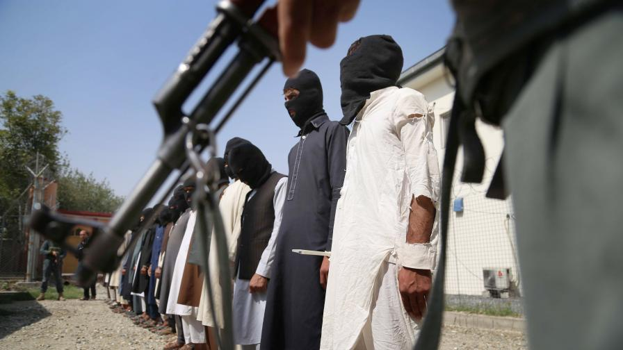 Да отидеш с бременната си жена при талибаните