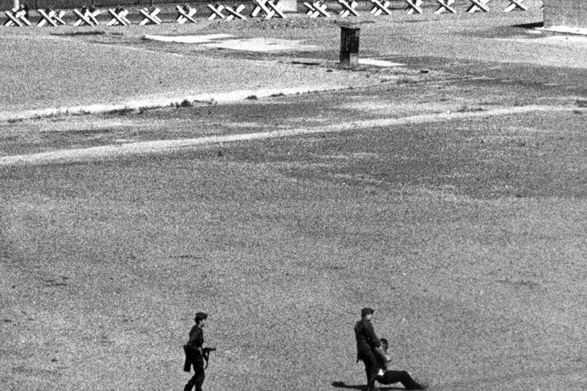 1971 г. - военни влачат мъж, прострелян при опит за прескачане на стената