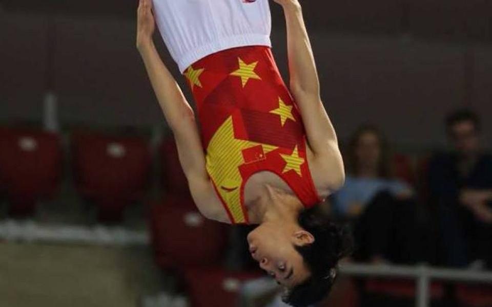 Доминация на Китай в първия ден на световното първенство по скокове на батут в София