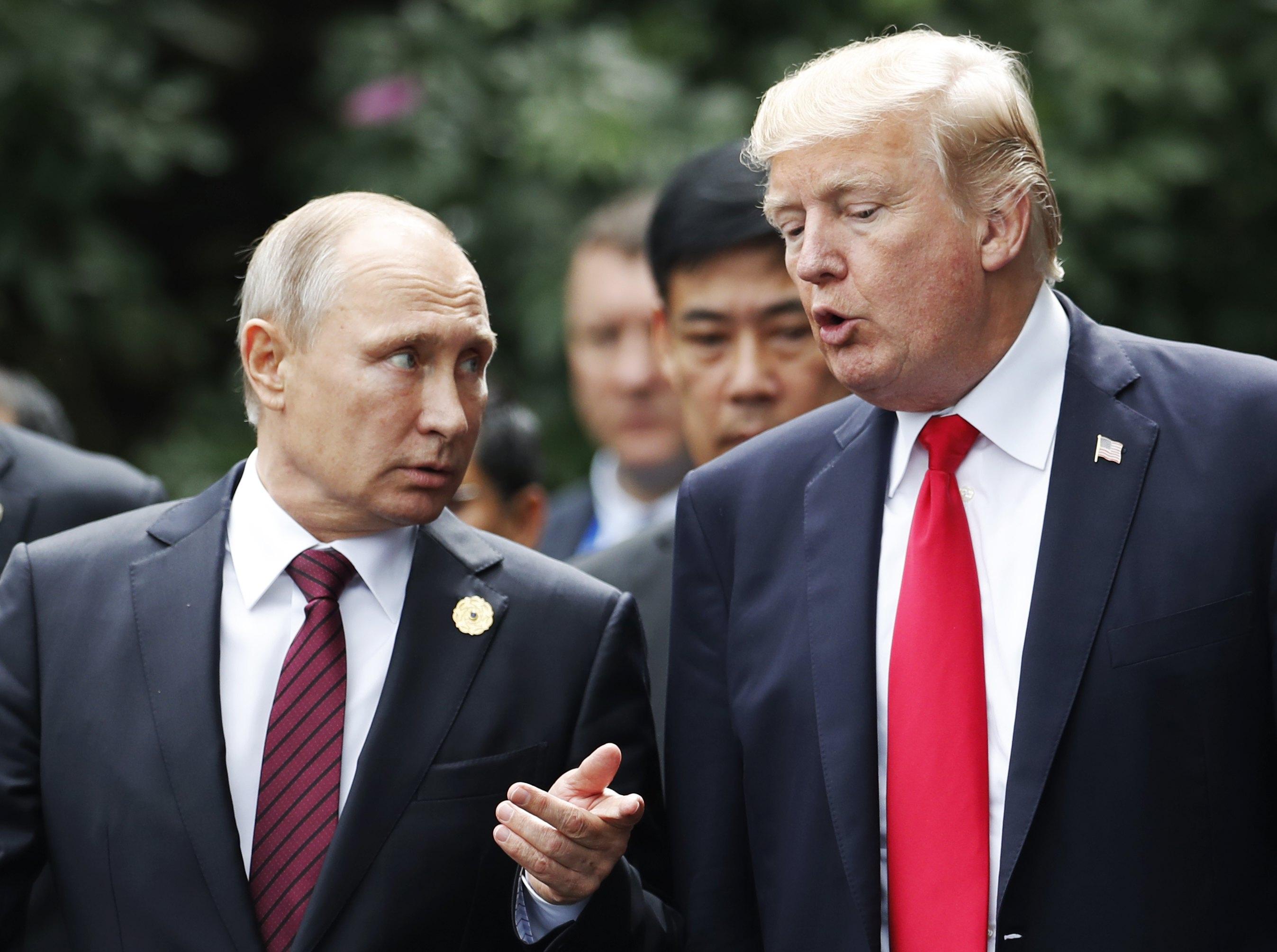 Доналд Тръмп и Владимир Путин се срещнаха във Виетнам.
