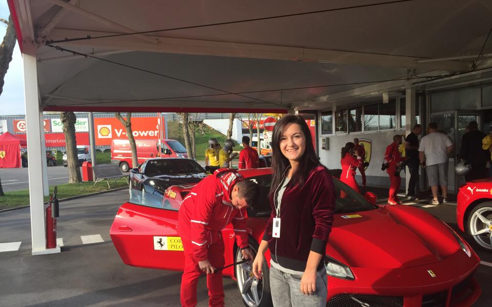 Млад шофьор спечели предизвикателството на Shell и застана зад волана на Ferrari в Маранело