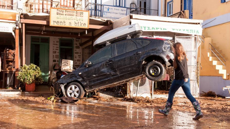 Потоп в Гърция, жертви и изчезнали, пътища кални реки