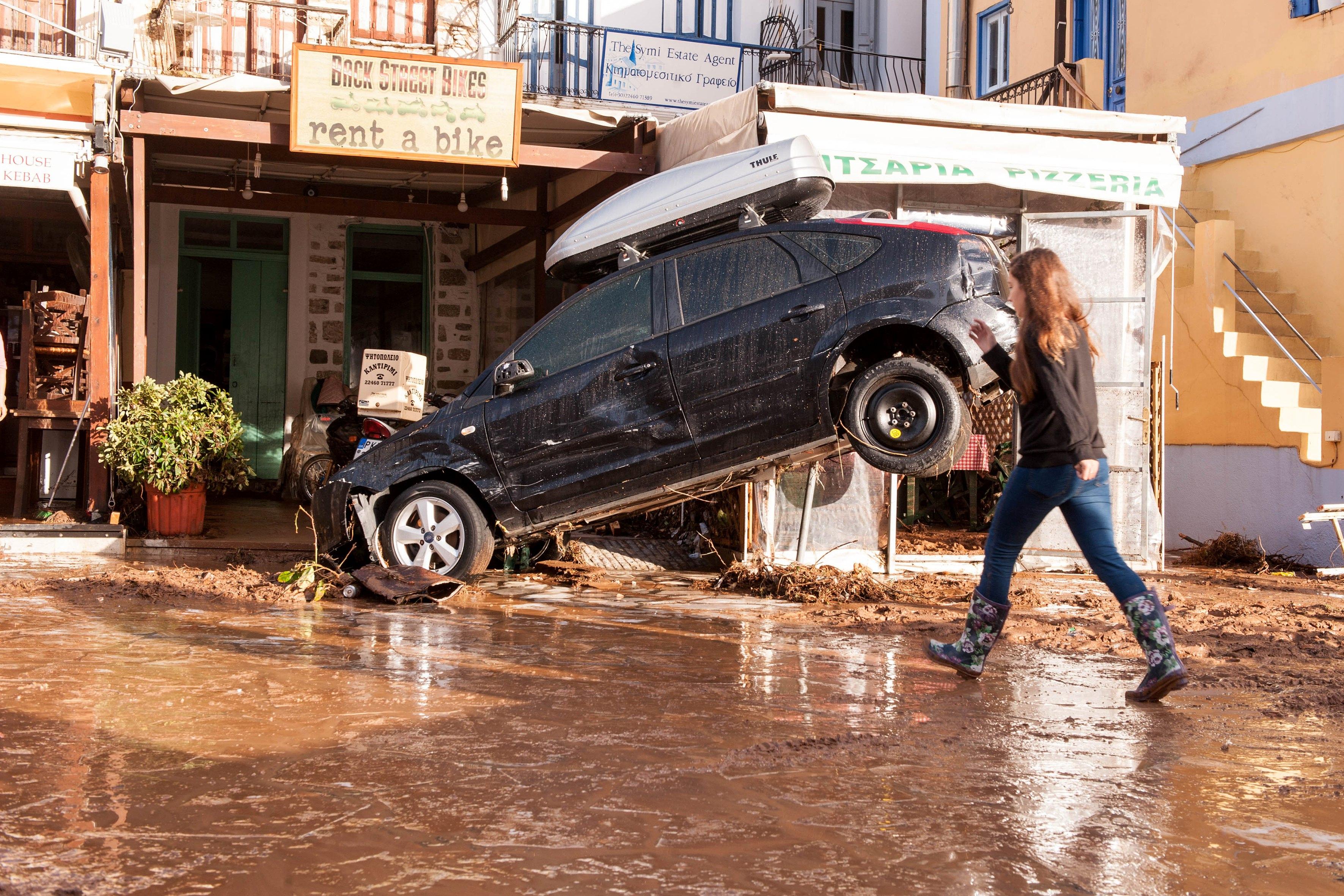 Поне 7 са жертвите на наводненията, които заляха района западно от Атина, съобщи гръцката противопожарна служба. Пътищата се превърнаха в реки от кал. Хиляди гърци останаха блокирани в домовете си. Бяха затворени училища и болници. Във вторник пък извънредно положение бе обявено на остров Сими. Там придошлите води нанесоха значителни материални щети и отнесоха десетки автомобили в морето.
