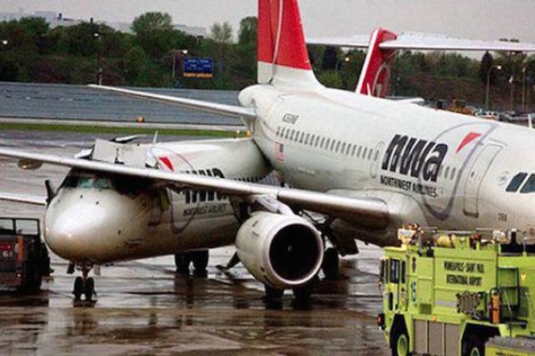 Този самолет явно трябва да оправи огледалото за задно виждане.