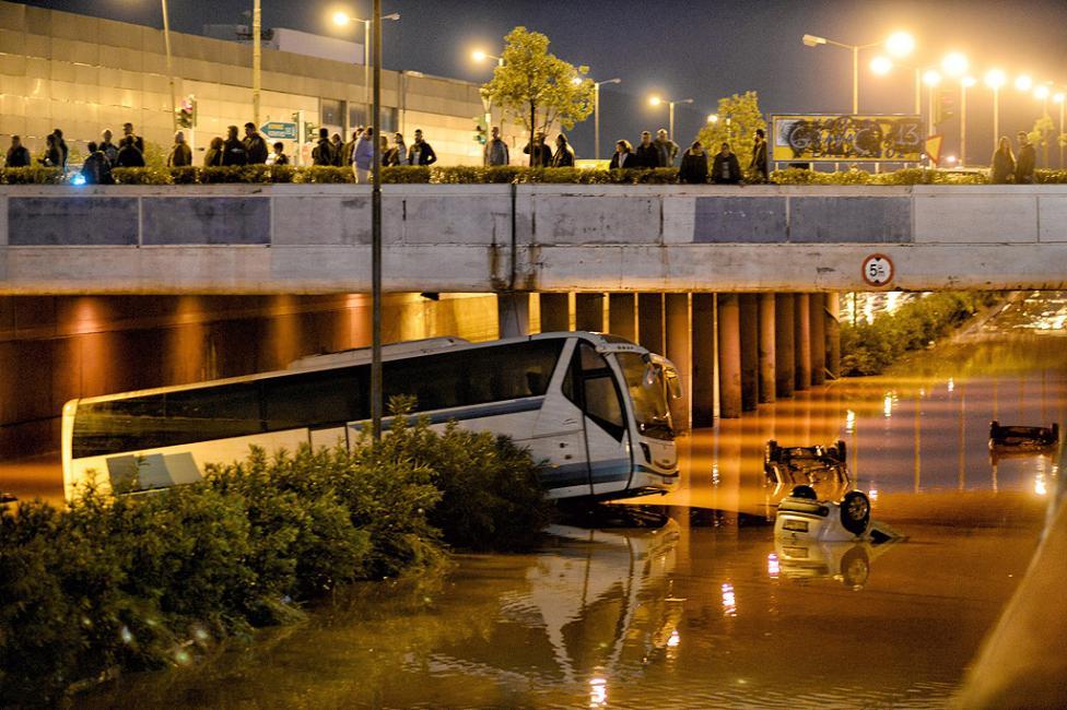 - Наводненията, причинени от поройни дъждове, убиха поне 15 души и причиниха сериозни разрушения в Централна Гърция. 37 души са постъпили в болница, а...