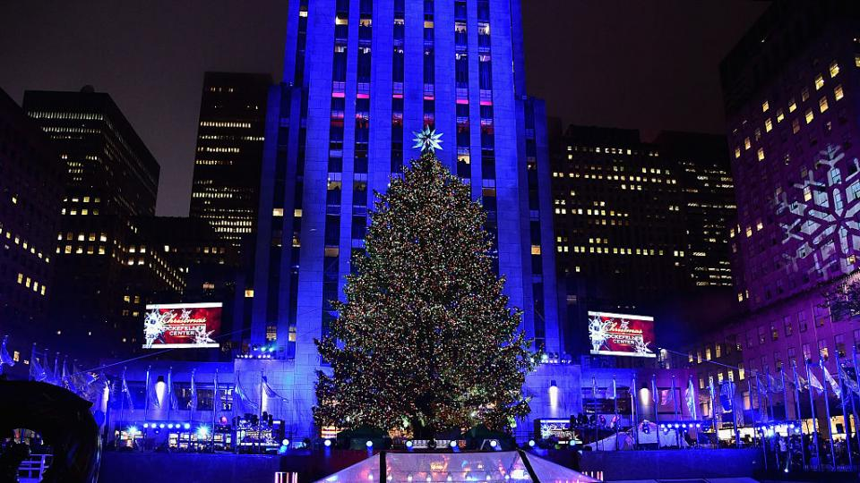 Коледен дух: Пристигна огромното коледно дърво в сърцето на Ню Йорк