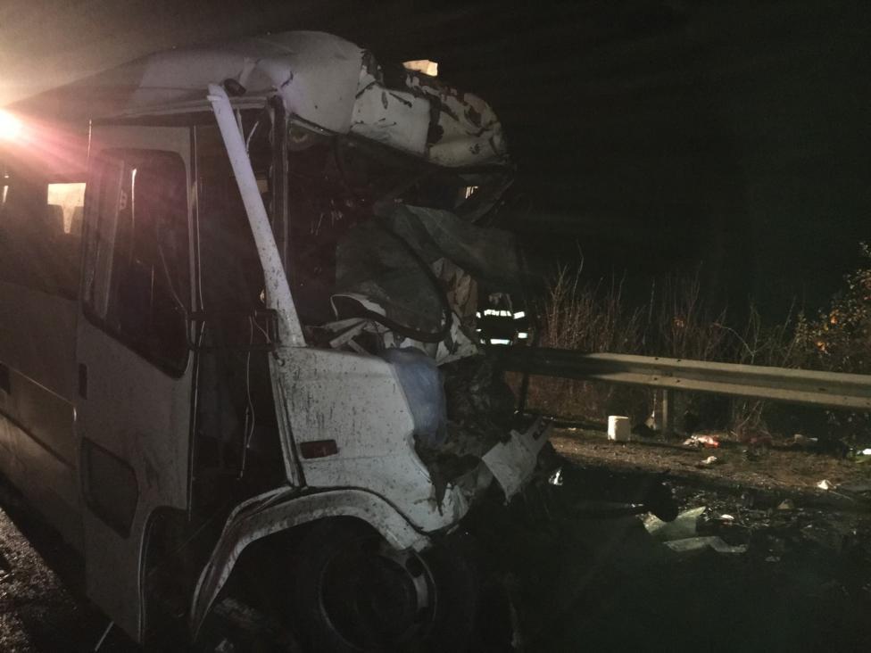 - Шест души загинаха на място, още трима по-късно, при челен удар между бус и камион на пътя София - Варна. Ранените са 20.