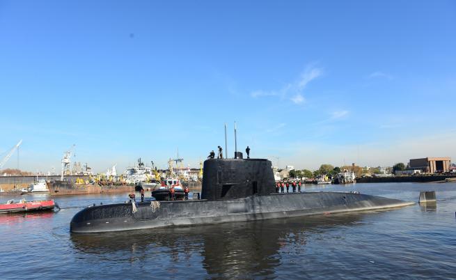Експлозия в Атлантика, докато подводницата се търси
