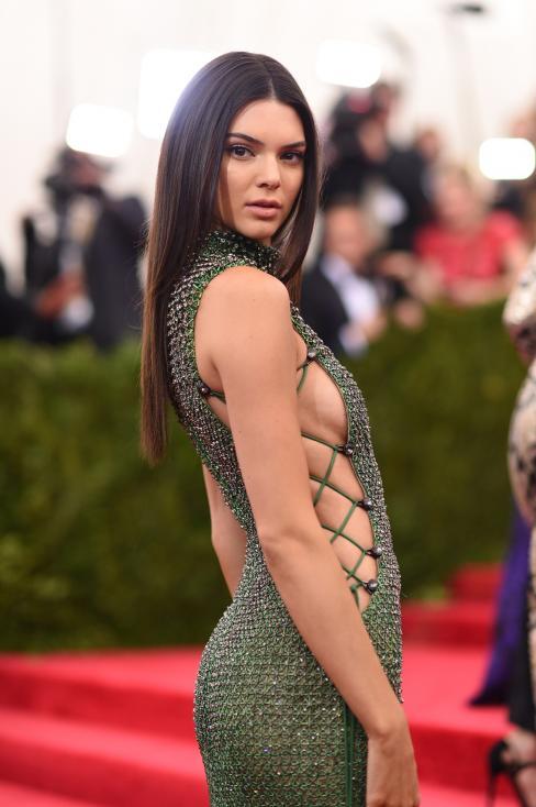 - Красавицата е сред най-търсените модели в света заедно със сестрите Джиджи и Бела Хадид и сред 15-те най-следвани знаменитости в социалните мрежи...