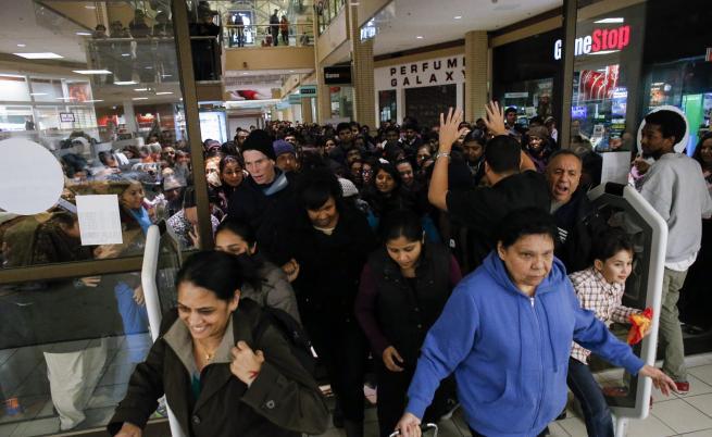 """Петъкът след Деня на благодарността в САЩ е т.нар. """"Black Friday"""" - официално откриване на коледния пазарен сезон и повод за големи отстъпки в търговските вериги. Комбинацията води до истерично пазаруване, на което можем да си изберем с какво око да гледаме"""
