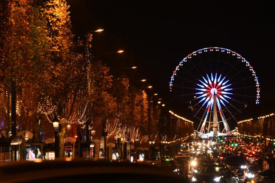 Париж вече е с коледно настроение