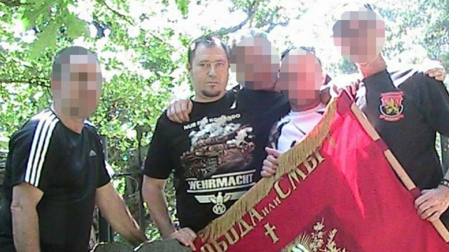 Петър Харалампиев на гроба на Тодор Александров с други националисти. Носи тениска с надпис Wehrmacht - армията на Хитлер