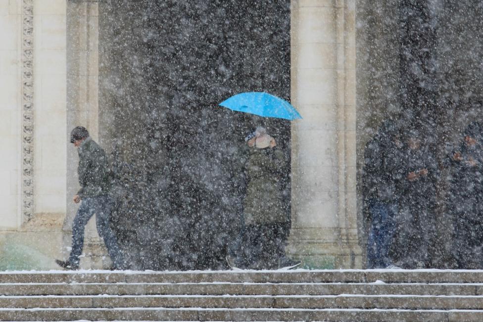 - На много места в страната вали сняг, очаква се там, където все още не вали, да се случи. В София и Драгоман вече има натрупана снежна покривка - в...