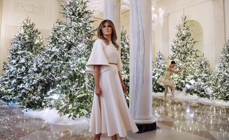 - Първата дама на САЩ Мелания Тръмп заложи на по-традиционна коледна украса за семейството си в Белия дом, като изневери на стандартите само с няколко...