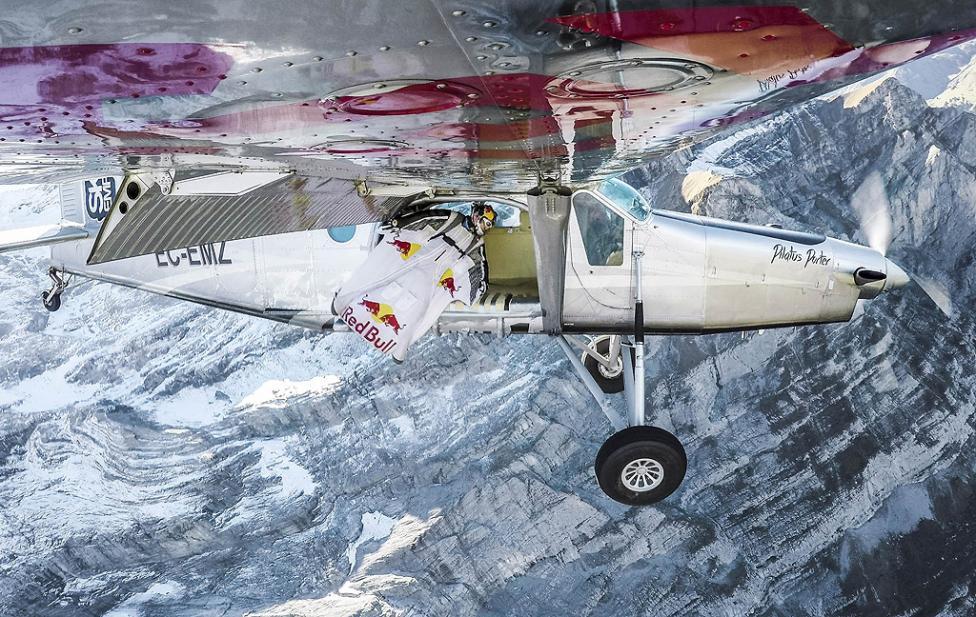 - Двама екстремни състезатели показаха как може да хванете самолета дори когато вече е излетял. Френските бейзджъмпъри Фредерик Фюже и Винс Рефе...
