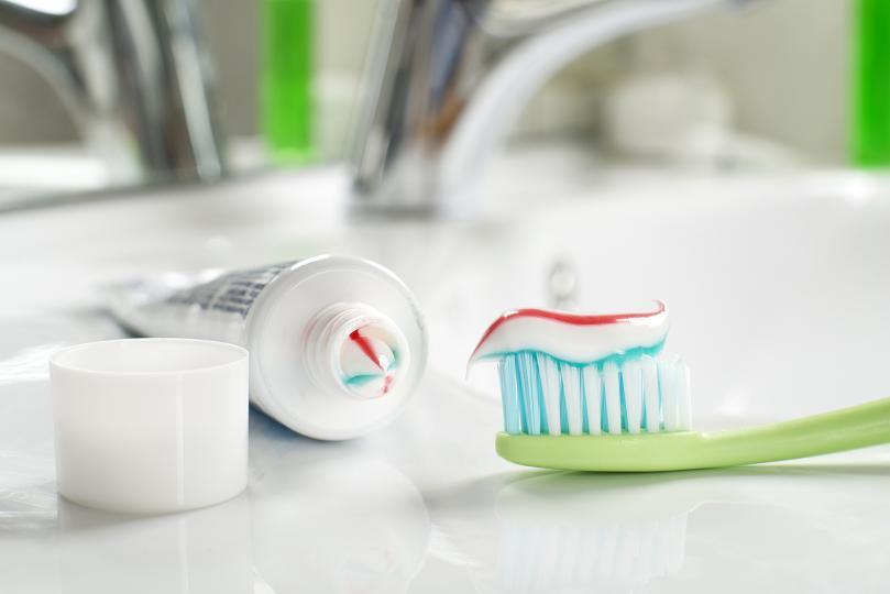 <p><strong>Мием зъбите си след хранене</strong><br /> <br /> След като хапнем, емайлът на зъбите ни става уязвим, особено ако сме яли плодове, цитруси или пием сода. Те съдържат лимонена киселина и фосфорна киселина. Това, което трябва да направим, е да измием устата си с вода и да почистим остатъците от храна с конец за зъби. Зъбите се мият 30 минути след като сме яли.</p>