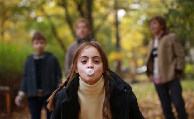 Какво има на картинките от дъвка, които събират децата във филма?
