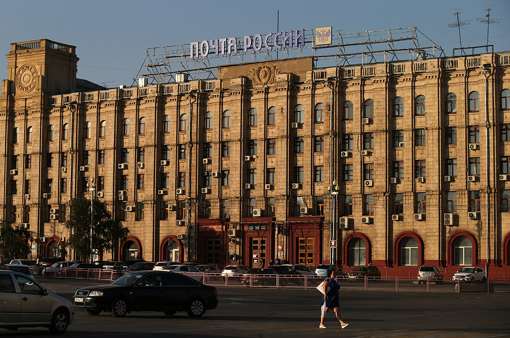 """Във Волгоград, носил в миналото името Сталинград, се намира известната статуя """"Родината майка"""". Тя напомня за победата на Червената армия във Великата отечествена война, както в Русия наричат Втората световна война. Стадионът на брега на река Волга побира малко над 45 000 зрители."""