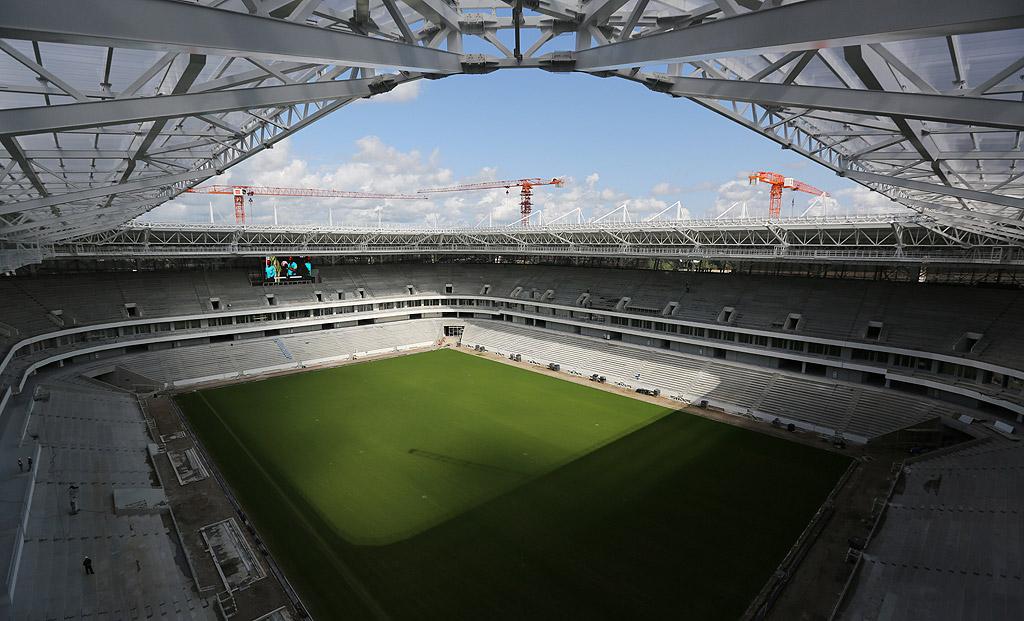 """Стадион """"Калининград"""" е най-западният домакин на срещи от Световното първенство в Русия през 2018 година. По време на турнира съоръжението, което все още се изгражда, ще разполага с малко над 35 000 места, които обаче по-късно ще бъдат намалени до 25 000. Причината: местният ФК """"Балтика"""" играе ту във втора, ту в трета футболна лига и не може да напълни трибуните на по-голям стадион."""