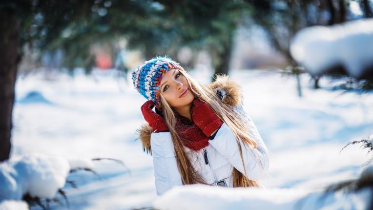 жена сняг коледа