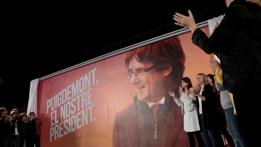 Привърженици на Каталуния по време на откриването на предизборната кампания на Карлес Пучдемон. Самият той се намира в Белгия
