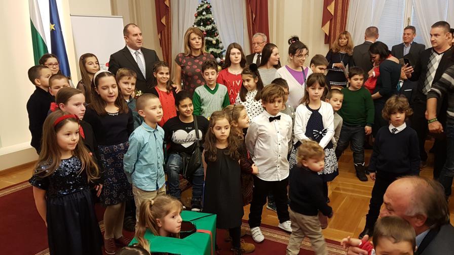 """Президентът и децата на """"Българската Коледа"""" украсиха елха"""