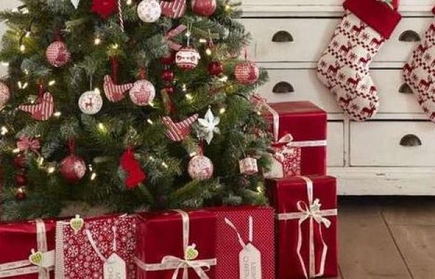 Елхата с многото подаръци