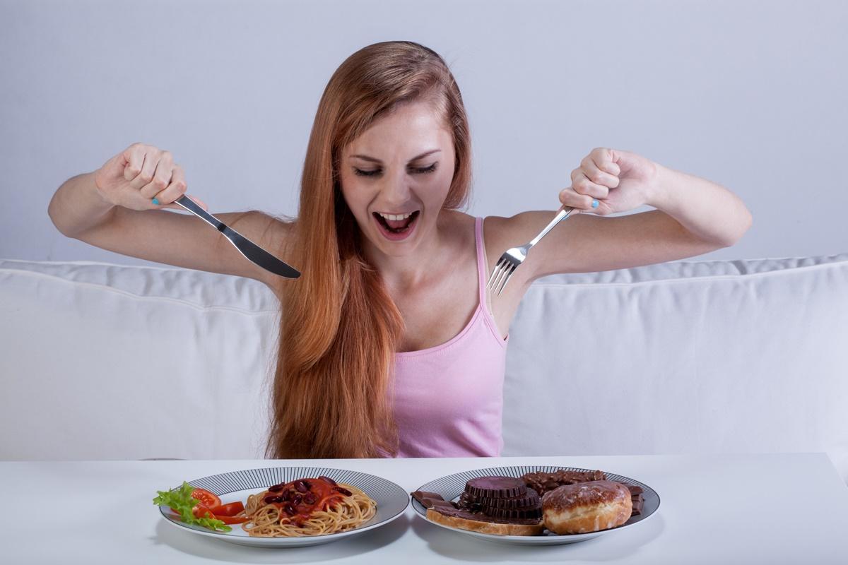 Обилното похапване също нарушава съня.<br /> <br /> Изяждането на голяма порция с храна малко преди да си легнем, довежда до повишаване на напрежението в храносмилателната ни система след като легнем, което ни пречи да спим спокойно.<br /> Затова учените съветват последното голямо хранене да бъде поне два часа преди лягане, за да сме сигурни, че храната ще бъде добре усвоена.
