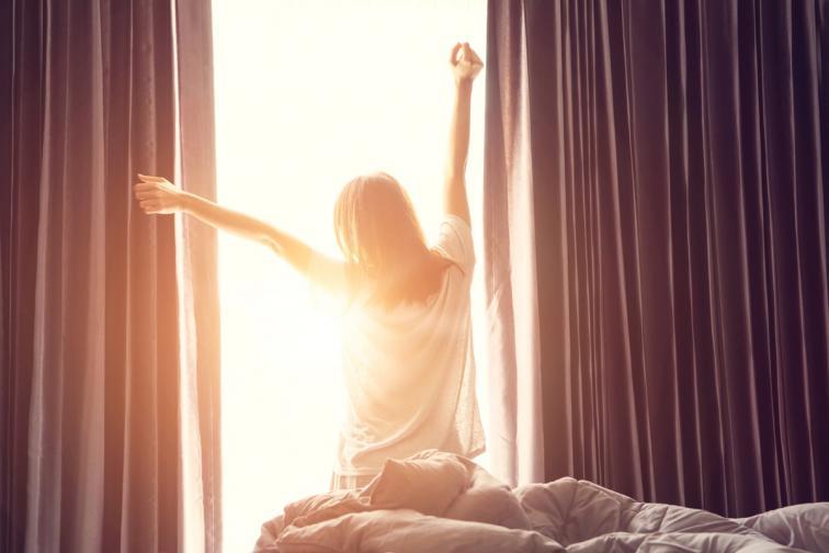 Ярката светлина сутрин рестартира биологичния ни часовник. За да поддържате графика си за сън редовен и да се чувствате по-свежи сутрин, учените препоръчват да си осигурявате ярка светлина веднага щом се събудите.