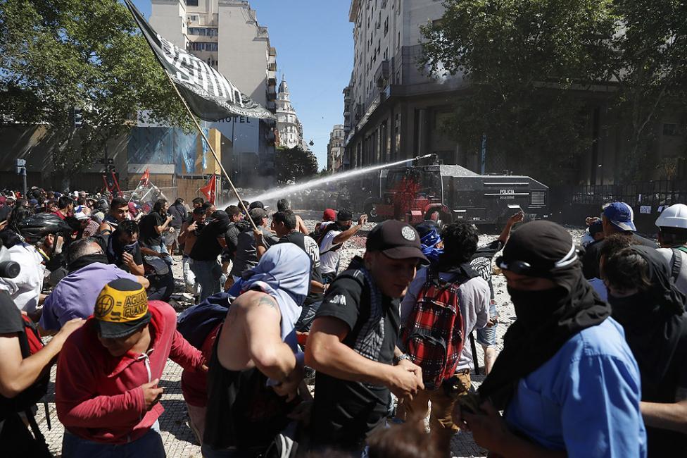 - Броят на пострадалите от сблъсъците между полицията и протестиращите в Аржентина достигна 162 души. 81 са пък арестуваните. Това съобщи в понеделник...