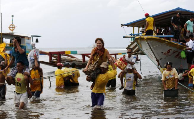 Ферибот с 251 пътници потъна край Филипините