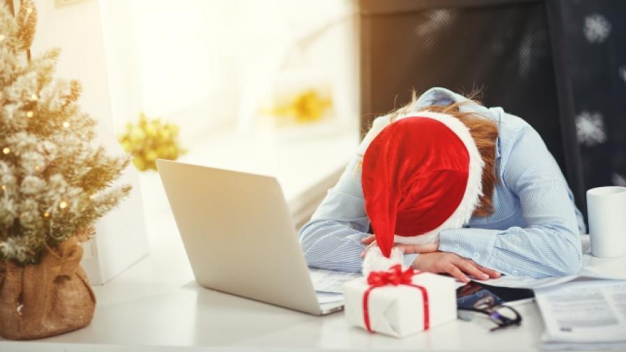 Някои прекарват Коледа в офиса.