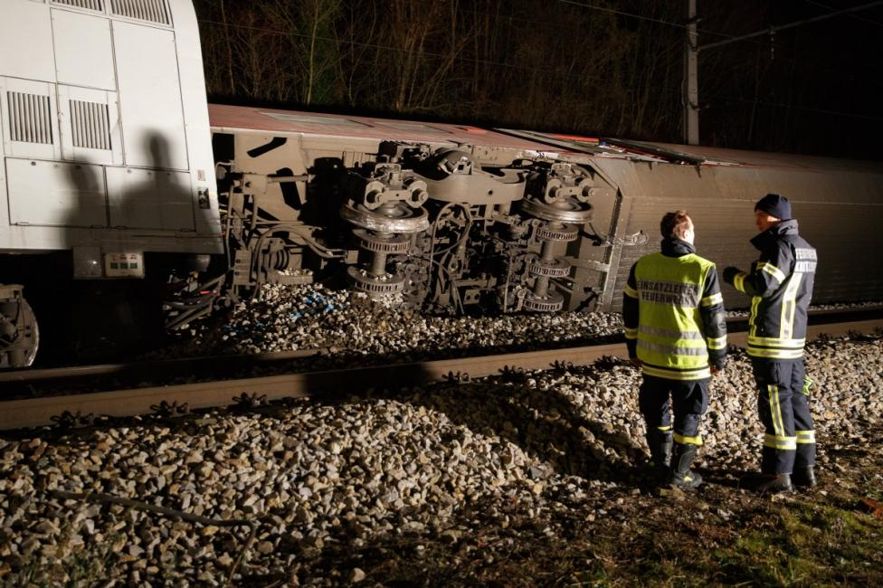 - Два влака се удариха близо до гара Критцендорф в град Клостернойбург в петък. Най-малко 12 души са ранени, четирима са в критично състояние...
