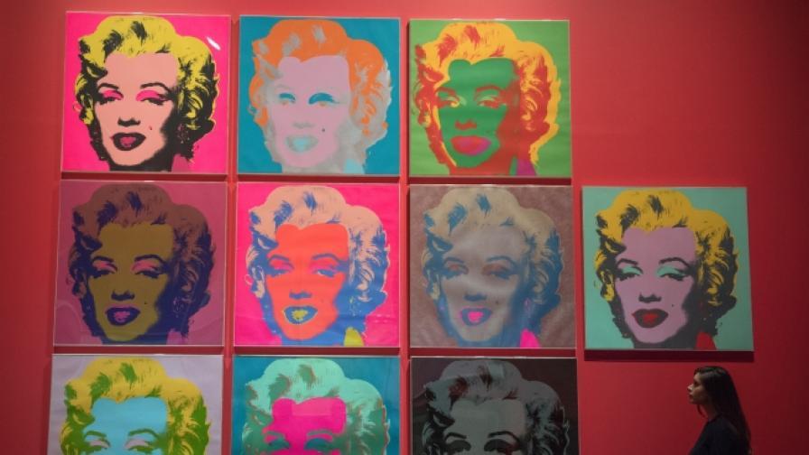Пияна жена унищожава картини на Анди Уорхол