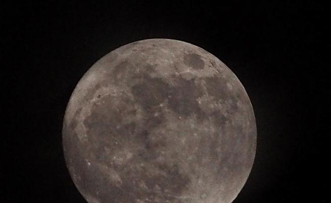 НАСА откри лед на повърхността на Луната