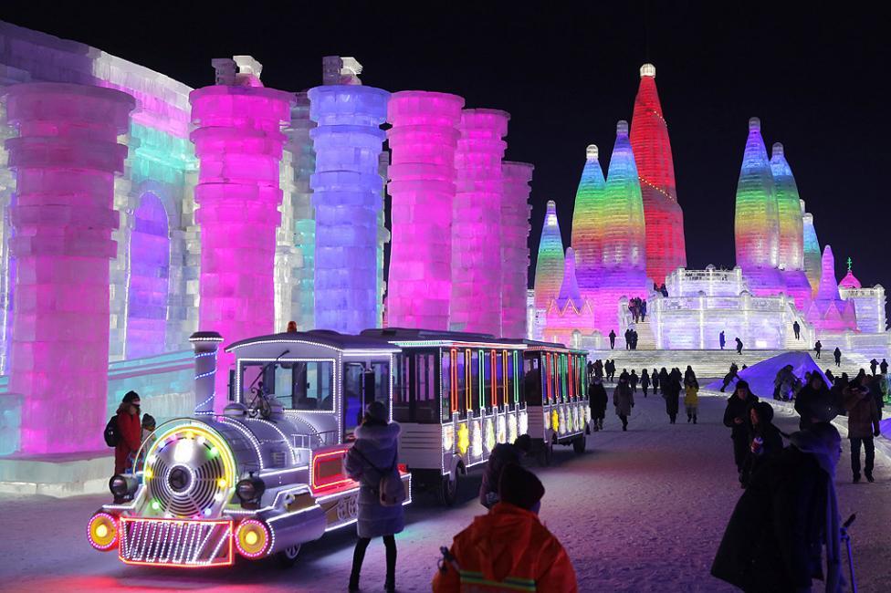 - Хора разглеждат ледените скулптури, осветени от цветни светлини в град Харбин, Китай по време на 34-ия Международен фестивал на леда и снега. Около...