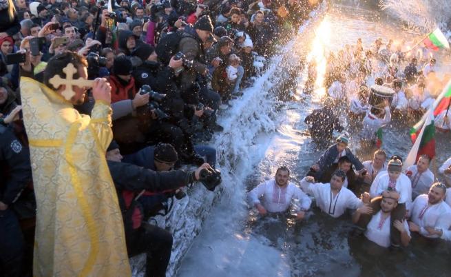 Деца поведоха леденото хоро в Калофер