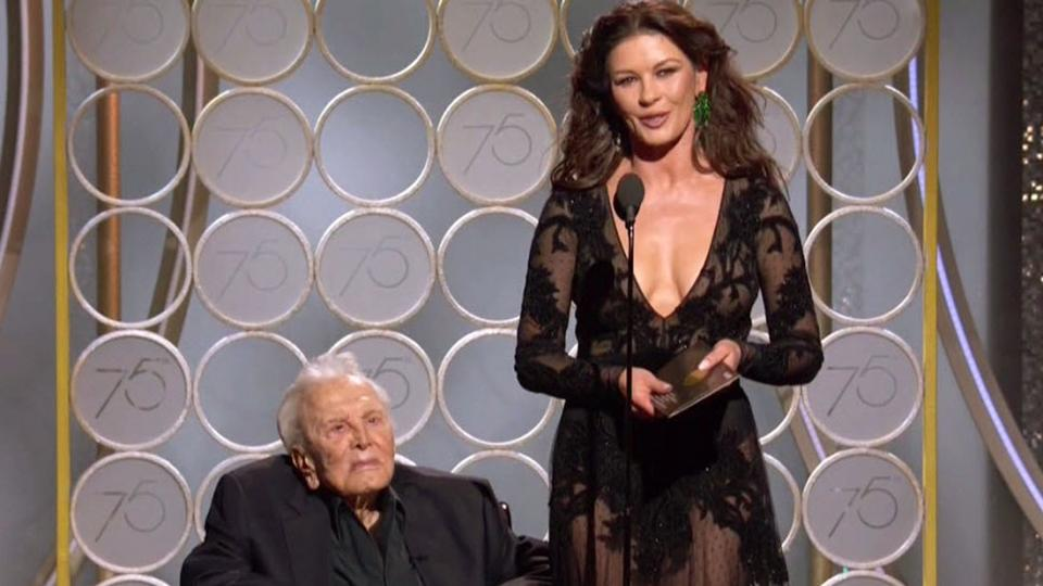 Съблазнителната Катрин Зита-Джоунс на една сцена с дядото на децата ѝ - 101-годишният Кърт Дъглас