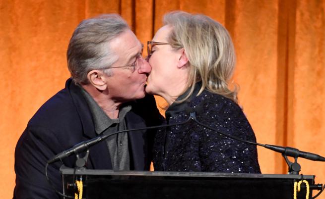 С целувка Де Ниро поздрави Мерил Стрийп за новата ѝ награда