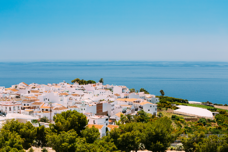 """Нерха, Испания<br /> Градчето се намира в испанската провинция Малага, Андалусия, на брега на Средиземно море. В централната част на Нерха е разположен така наречения """"Балкон на Европа"""", площадка разкриваща поразителен с красотата си изглед към морето и околните планини, а под нея лежат пясъчни плажове. В района се намира и """"Пещерата на Нерха"""" с необичайни пещерни образувания и праисторически пещерни рисунки.В района на Нерха е сниман любимия на няколко поколения детски филм """"Синьо лято""""."""