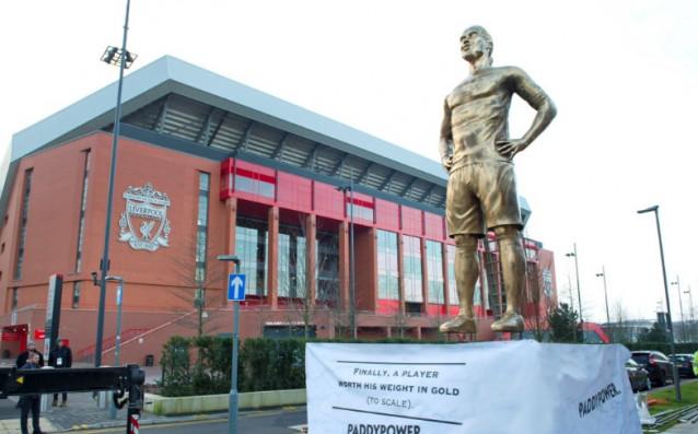 Гигантска статуя на новото попълнение на Ливърпул Върджил ван Дайк
