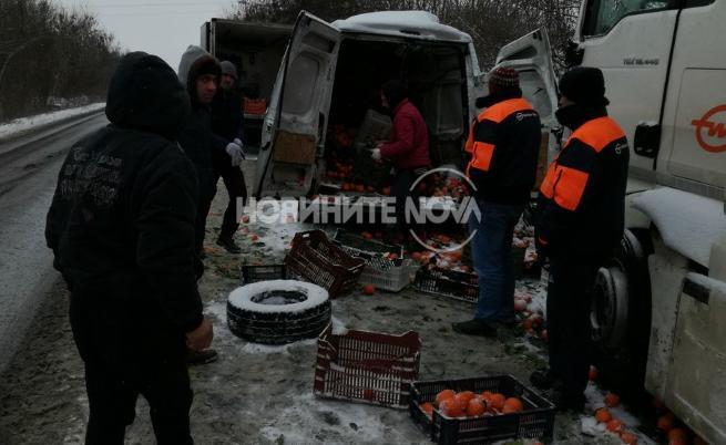Румънски тир катастрофира у нас, минувачи обраха шофьора