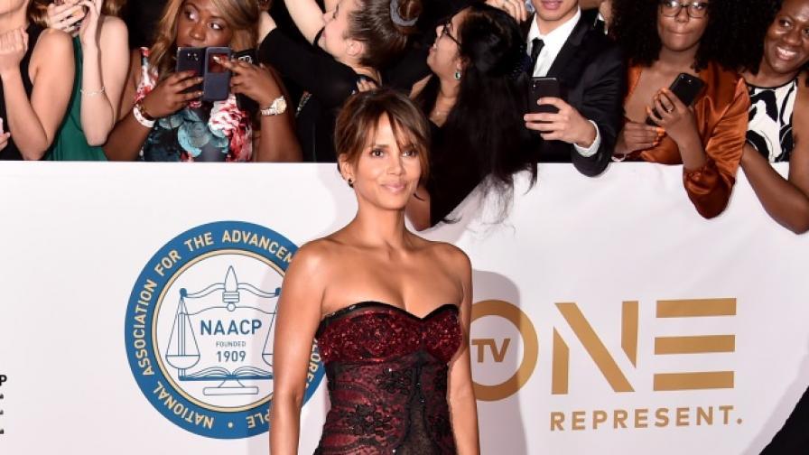 51-годишната Холи Бери провокира с прозрачна рокля