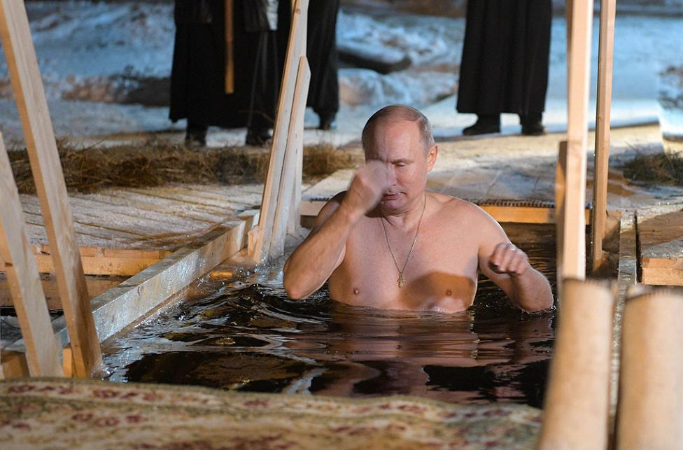 - В обкръжението на свещеници и икони от местния Нило-Столобенски манастир Путин се потопи, гол до кръста, в ледените води на езеро Селигер...