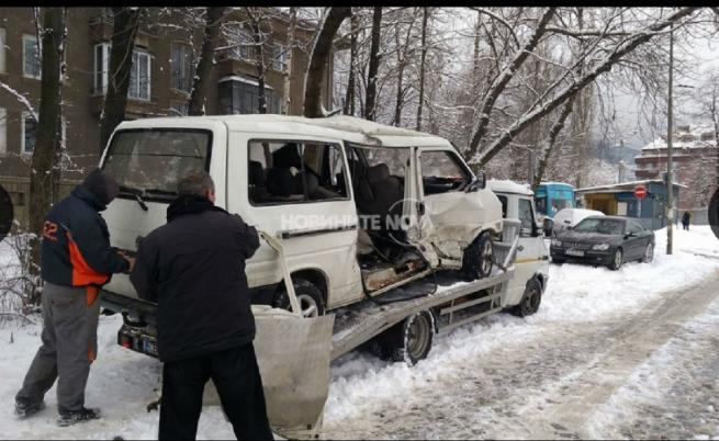 Деветима ранени при катастрофа между микробус и трамвай в София